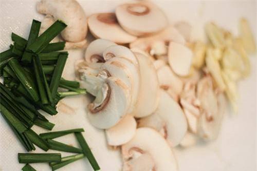 Bắp cải xào thịt mãi cũng chán, cho thêm thứ này vừa lạ miệng lại giàu dinh dưỡng - Ảnh 1.
