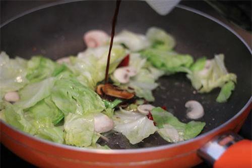 Bắp cải xào thịt mãi cũng chán, cho thêm thứ này vừa lạ miệng lại giàu dinh dưỡng - Ảnh 2.