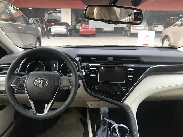Toyota Camry 'full option' dọn kho giá hơn 1,1 tỷ đồng tại đại lý - Ảnh 4.