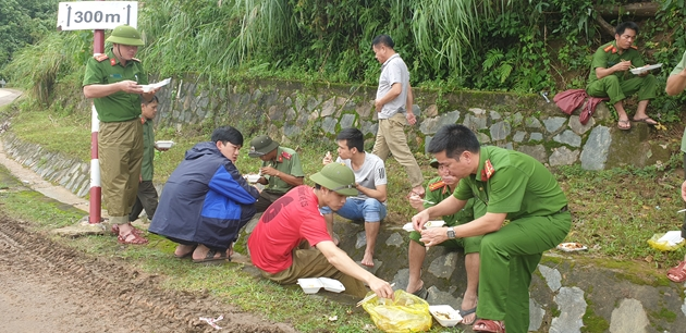 Vụ sạt lở nghiêm trọng ở Quảng Trị: Sáng mai, khi thông xe, sẽ đưa thi thể 14 nạn nhân về thành phố - Ảnh 2.