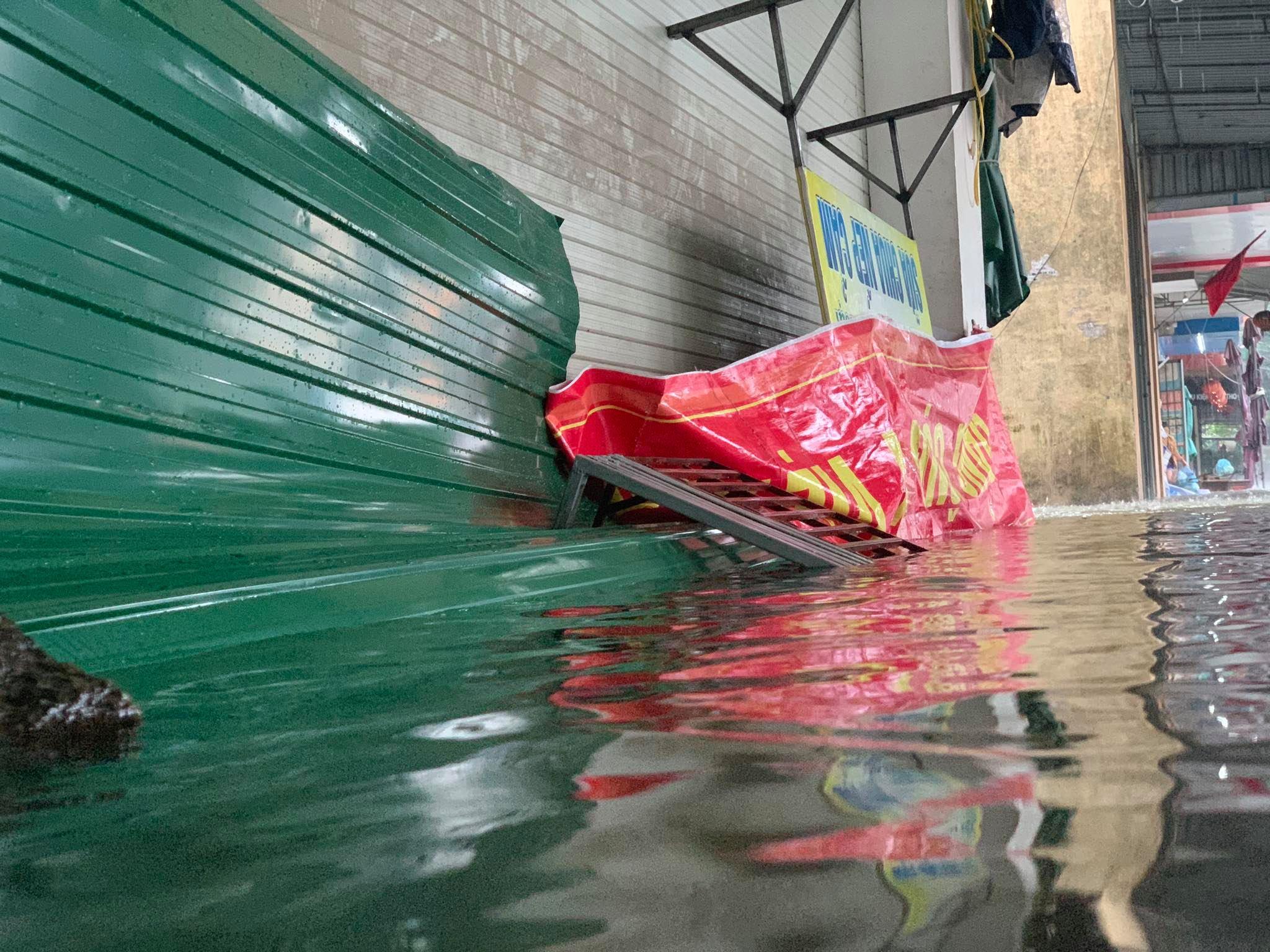 Hà Tĩnh: Cảnh sát chèo xuồng phao vượt lũ cứu bệnh nhân nguy kịch - Ảnh 9.