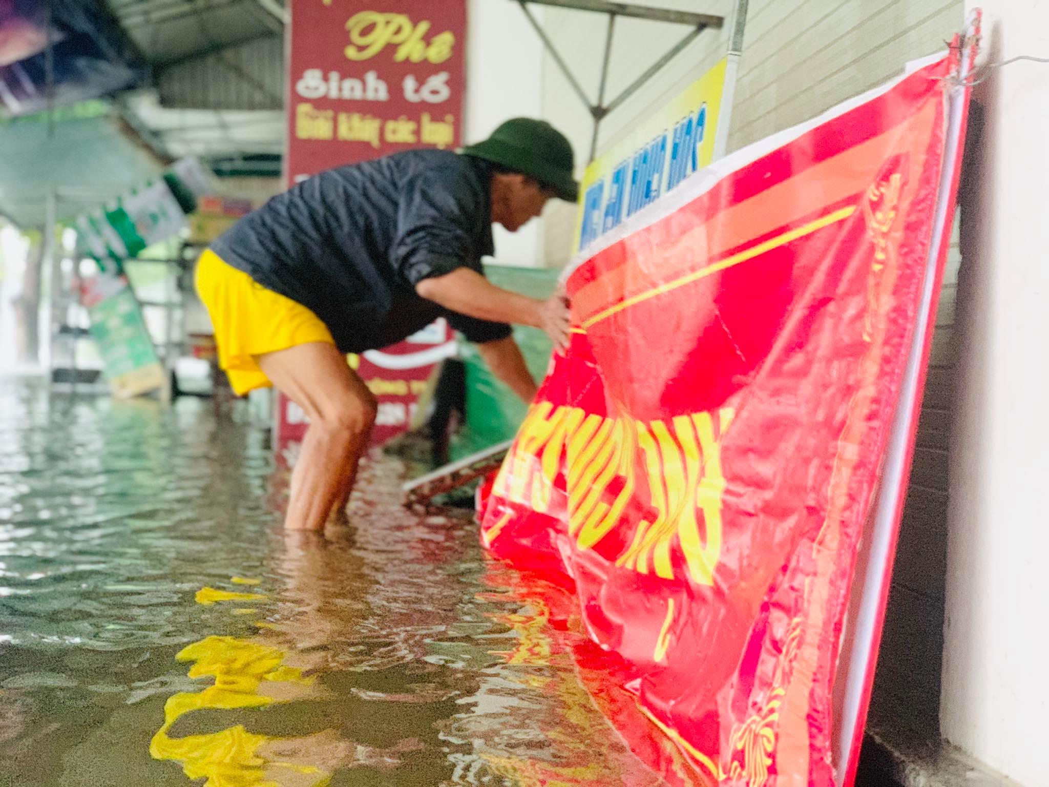 Hà Tĩnh: Cảnh sát chèo xuồng phao vượt lũ cứu bệnh nhân nguy kịch - Ảnh 7.