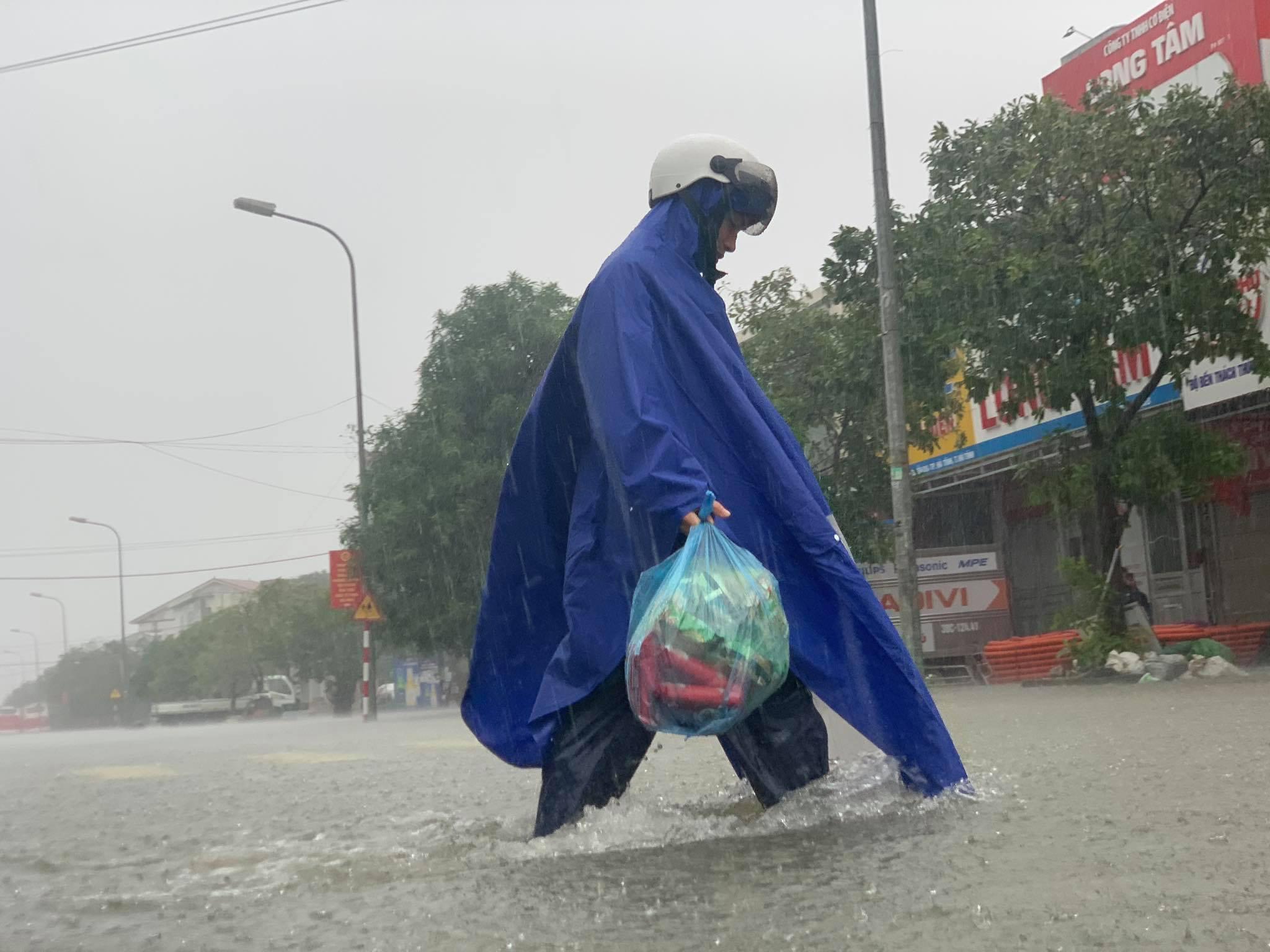 Hà Tĩnh: Cảnh sát chèo xuồng phao vượt lũ cứu bệnh nhân nguy kịch - Ảnh 10.