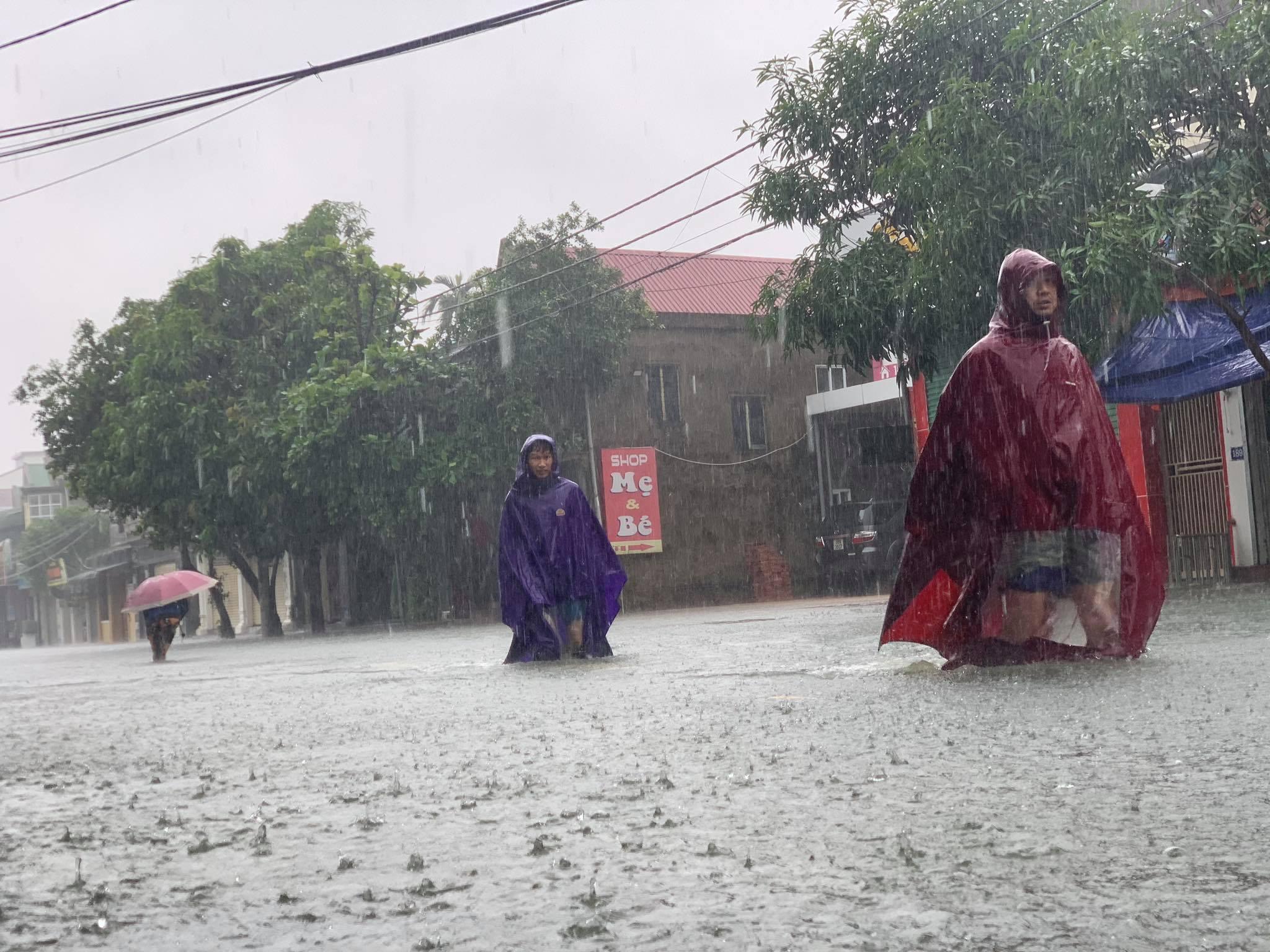 Hà Tĩnh: Cảnh sát chèo xuồng phao vượt lũ cứu bệnh nhân nguy kịch - Ảnh 2.