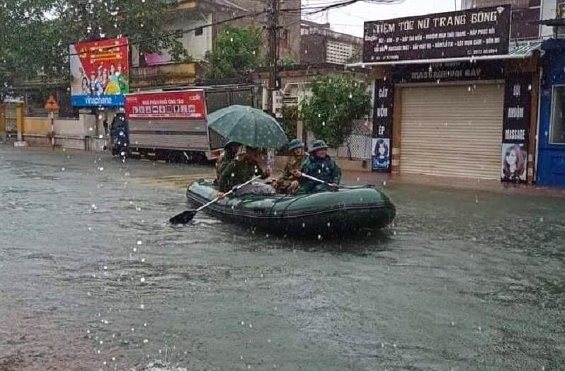 Hà Tĩnh: Cảnh sát chèo xuồng phao vượt lũ cứu bệnh nhân nguy kịch - Ảnh 3.