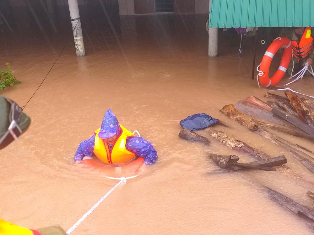 Hà Tĩnh ngập sâu, nước lũ đang lên nhanh, công an đến mọi ngóc ngách nhà dân sơ tán người - Ảnh 20.