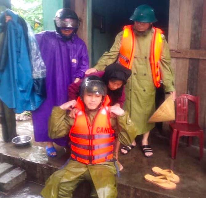 Hà Tĩnh ngập sâu, nước lũ đang lên nhanh, công an đến mọi ngóc ngách nhà dân sơ tán người - Ảnh 18.