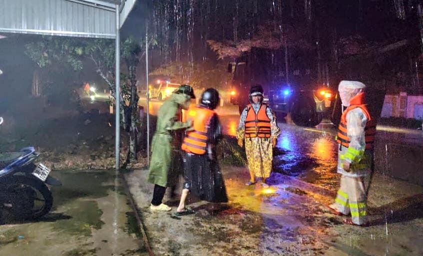 Hà Tĩnh ngập sâu, nước lũ đang lên nhanh, công an đến mọi ngóc ngách nhà dân sơ tán người - Ảnh 21.