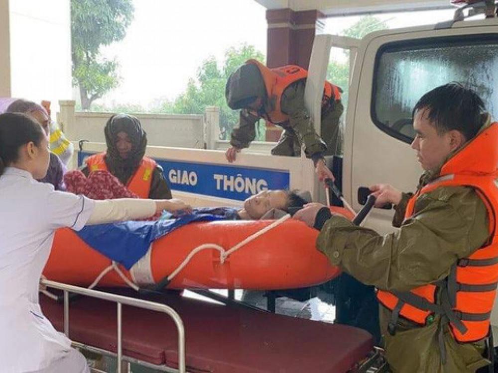 Hà Tĩnh: Cảnh sát chèo xuồng phao vượt lũ cứu bệnh nhân nguy kịch - Ảnh 16.