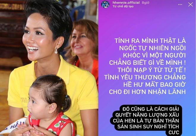 H'Hen Niê đau đớn bật khóc vì bị chỉ trích từ thiện 50 triệu: Tôi vô cùng tổn thương! - Ảnh 1.