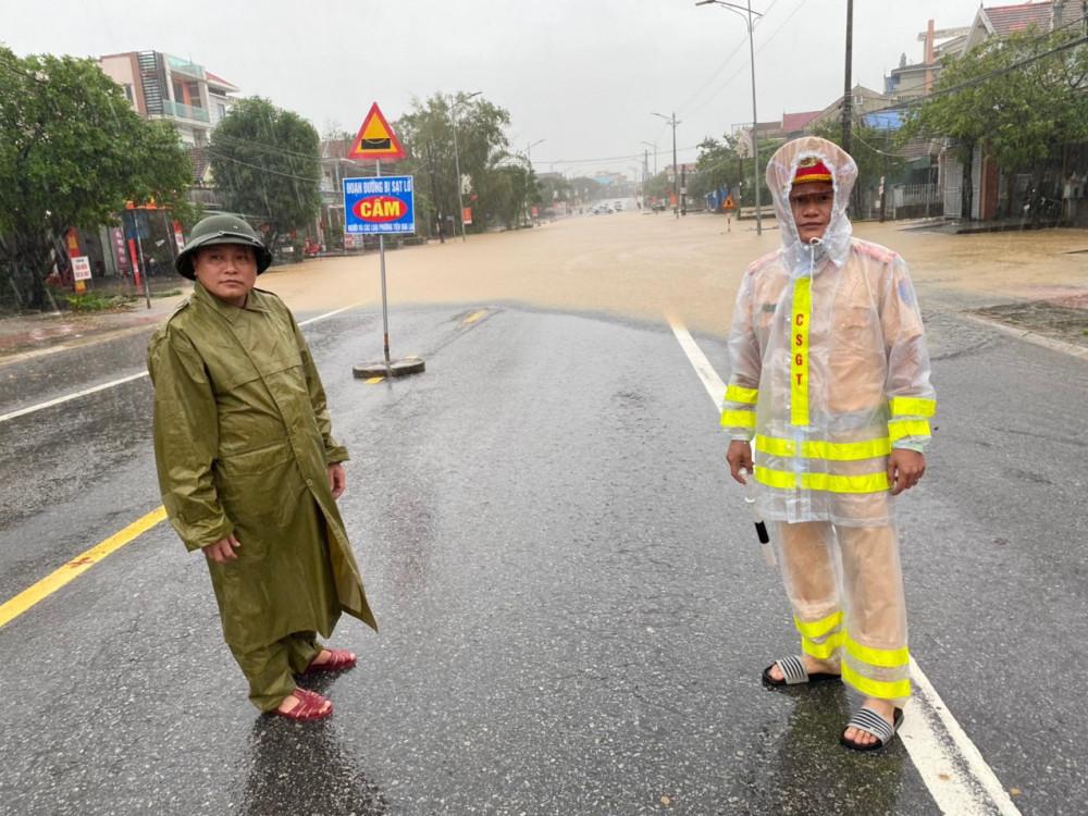 Hà Tĩnh: Cảnh sát chèo xuồng phao vượt lũ cứu bệnh nhân nguy kịch - Ảnh 17.