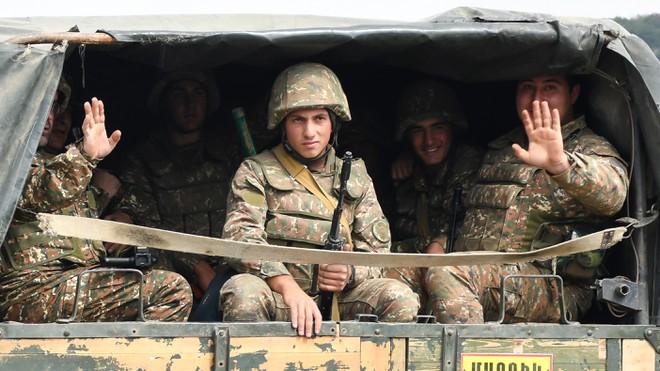 Chiến sự ác liệt: Azerbaijan đánh lớn, chiếm căn cứ quân sự - Armenia rút lui, nhiều xe tăng bị bắt sống - Ảnh 1.