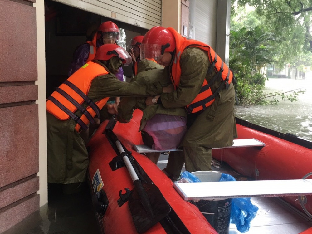 Hà Tĩnh: Cảnh sát chèo xuồng phao vượt lũ cứu bệnh nhân nguy kịch - Ảnh 15.