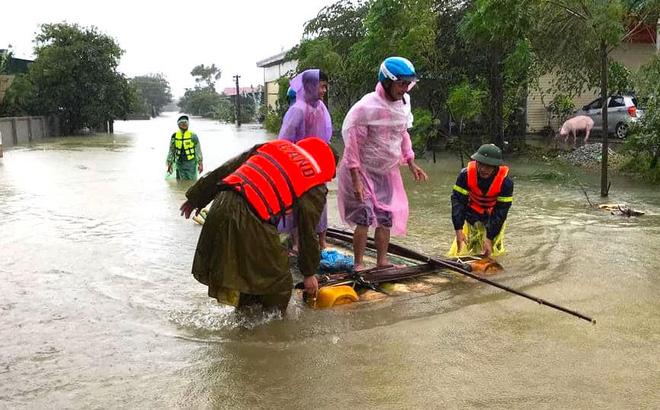 Hà Tĩnh ngập sâu, nước lũ đang lên nhanh, công an đến mọi ngóc ngách nhà dân sơ tán người - Ảnh 3.