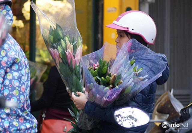 Khan hàng, giá hoa tươi, rau quả tăng vọt trước ngày lễ 20/10 - Ảnh 1.