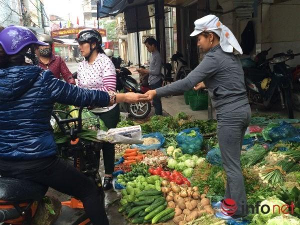 Khan hàng, giá hoa tươi, rau quả tăng vọt trước ngày lễ 20/10 - Ảnh 2.