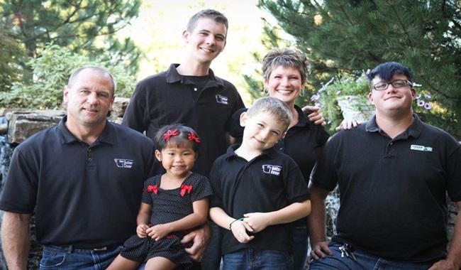 Cặp vợ chồng sửng sốt khi cầm kết quả ADN, hé lộ sự thật về con nuôi và đứa trẻ nhà hàng xóm - Ảnh 1.