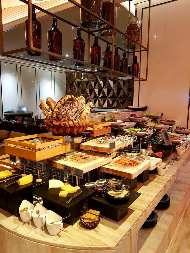 """Khách review buffet không ưng ý, nhân viên khách sạn 5 sao ở Sài Gòn mỉa mai """"1tr4 to quá, ăn 140k ở chợ Bến Thành còn hơn đó"""" - ảnh 4"""