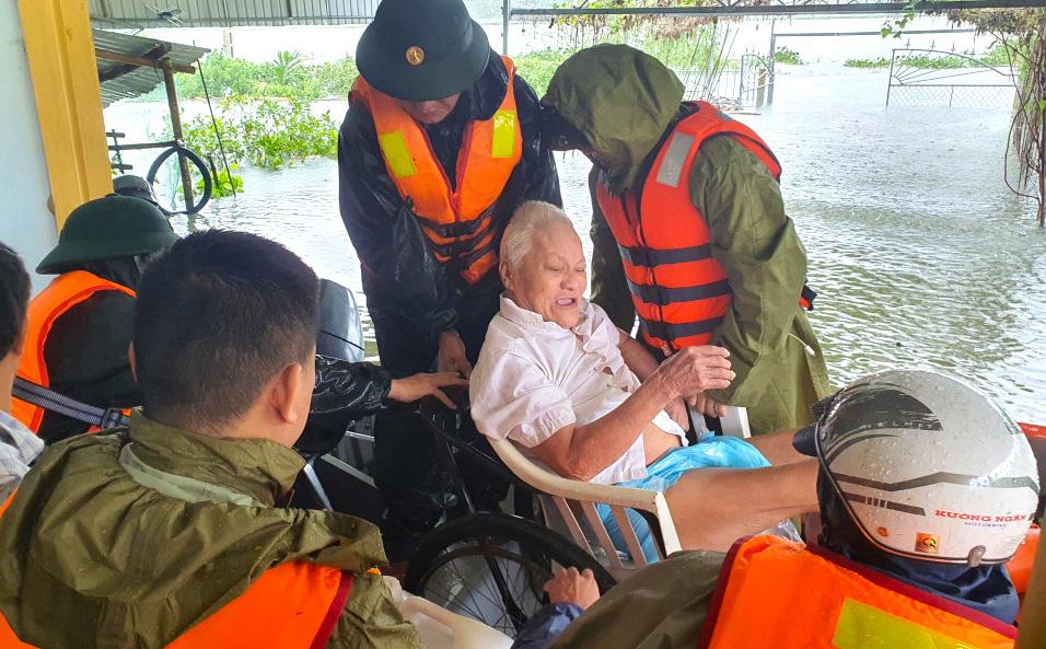 Hà Tĩnh: Cảnh sát chèo xuồng phao vượt lũ cứu bệnh nhân nguy kịch