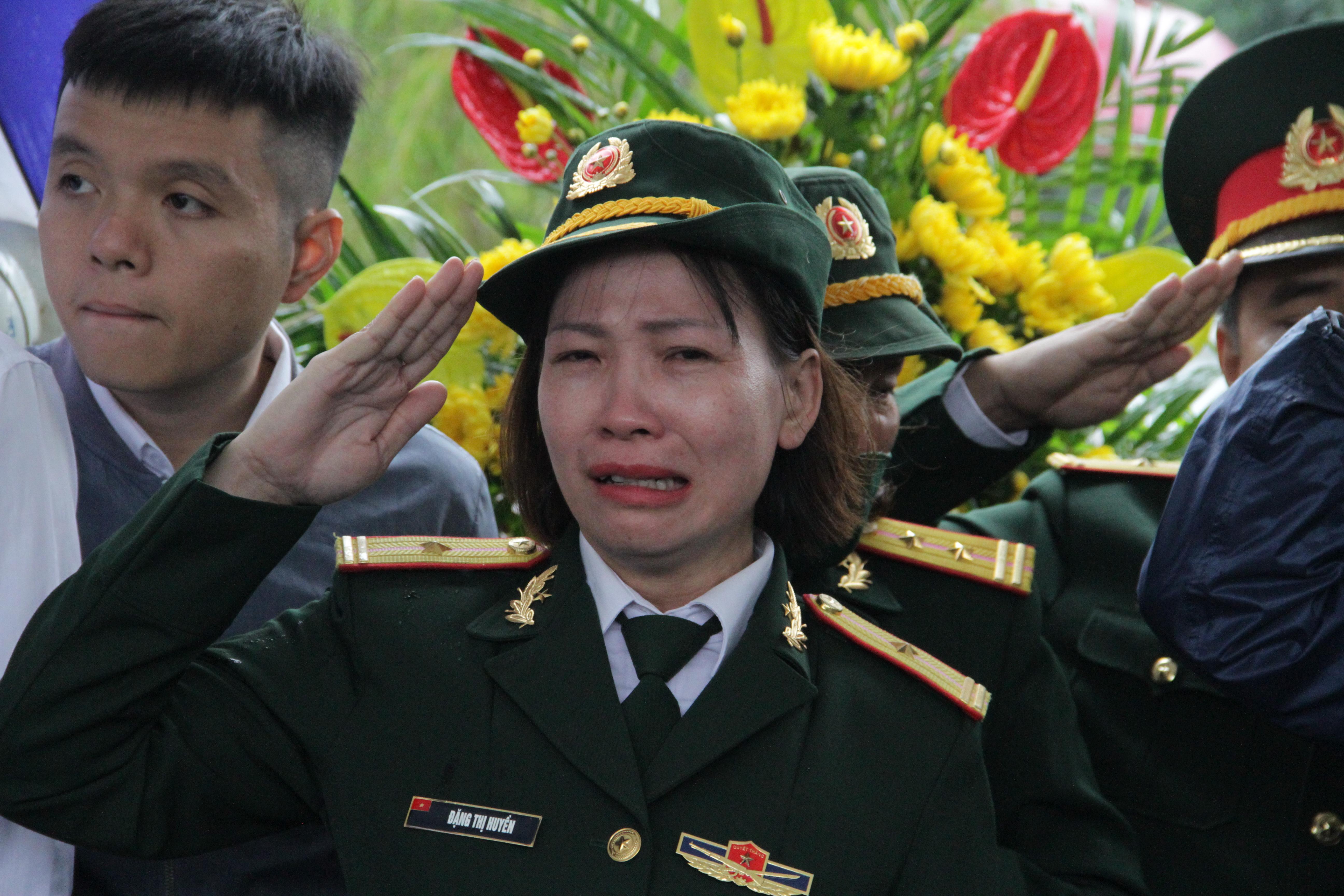 Vụ sạt lở thủy điện Rào Trăng 3: Quê nhà  Nghệ An khóc thương đón 3 liệt sỹ về với đất mẹ - Ảnh 7.