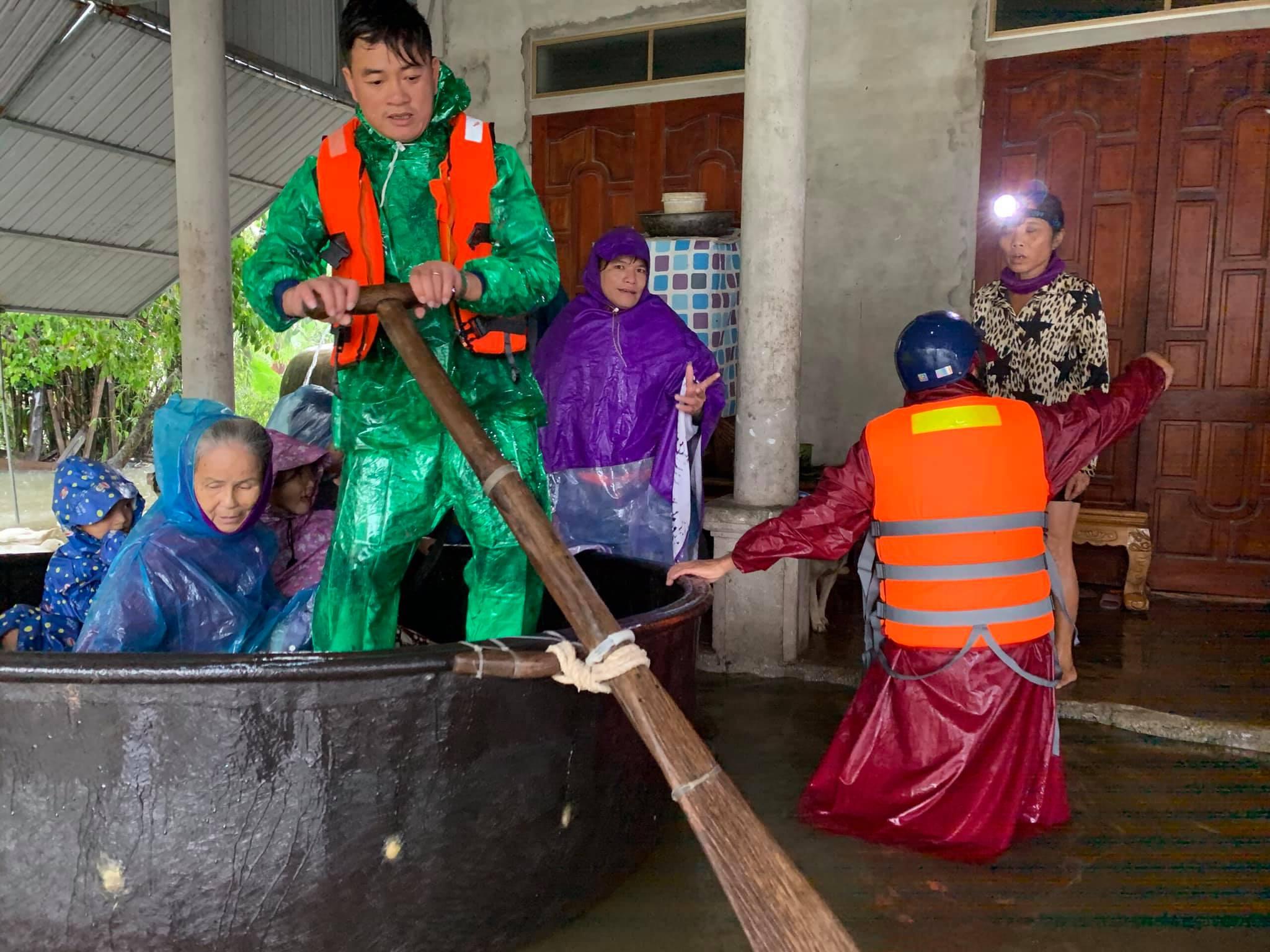 Hà Tĩnh ngập sâu, nước lũ đang lên nhanh, công an đến mọi ngóc ngách nhà dân sơ tán người - Ảnh 4.