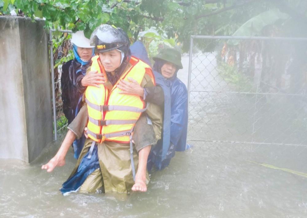Hà Tĩnh ngập sâu, nước lũ đang lên nhanh, công an đến mọi ngóc ngách nhà dân sơ tán người - Ảnh 11.