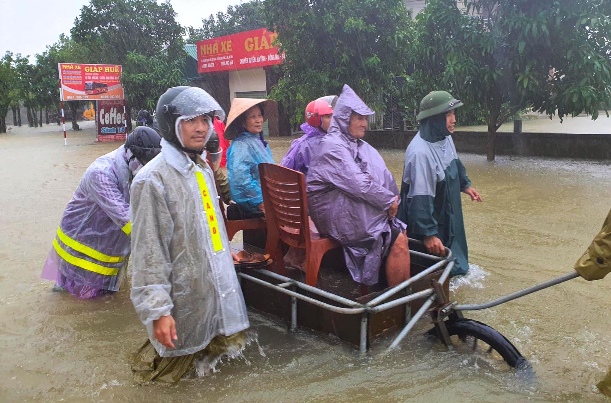 Hà Tĩnh ngập sâu, nước lũ đang lên nhanh, công an đến mọi ngóc ngách nhà dân sơ tán người - Ảnh 13.