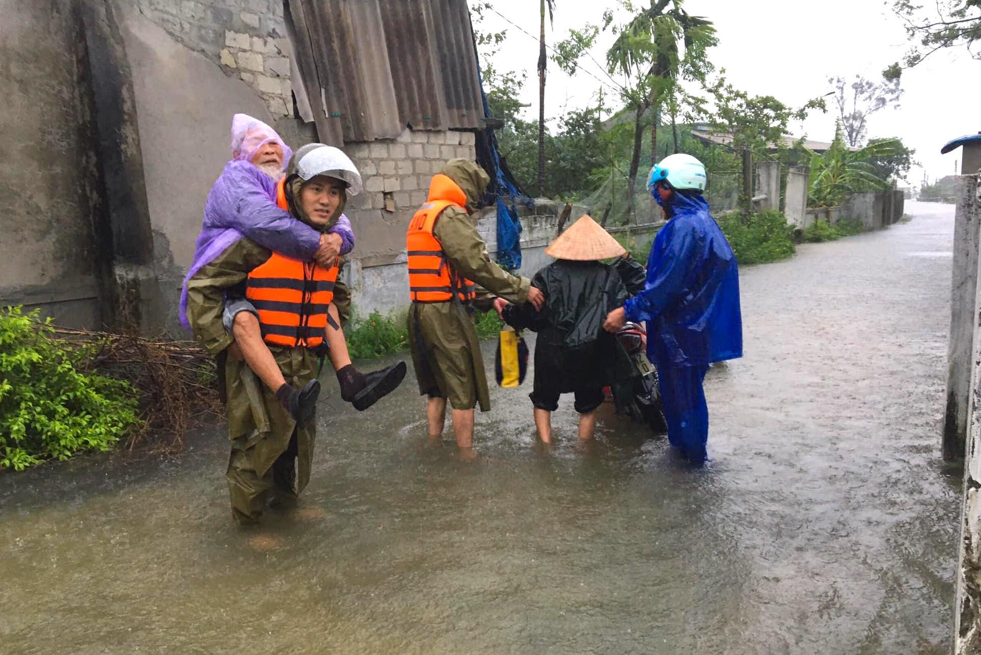 Hà Tĩnh ngập sâu, nước lũ đang lên nhanh, công an đến mọi ngóc ngách nhà dân sơ tán người - Ảnh 12.