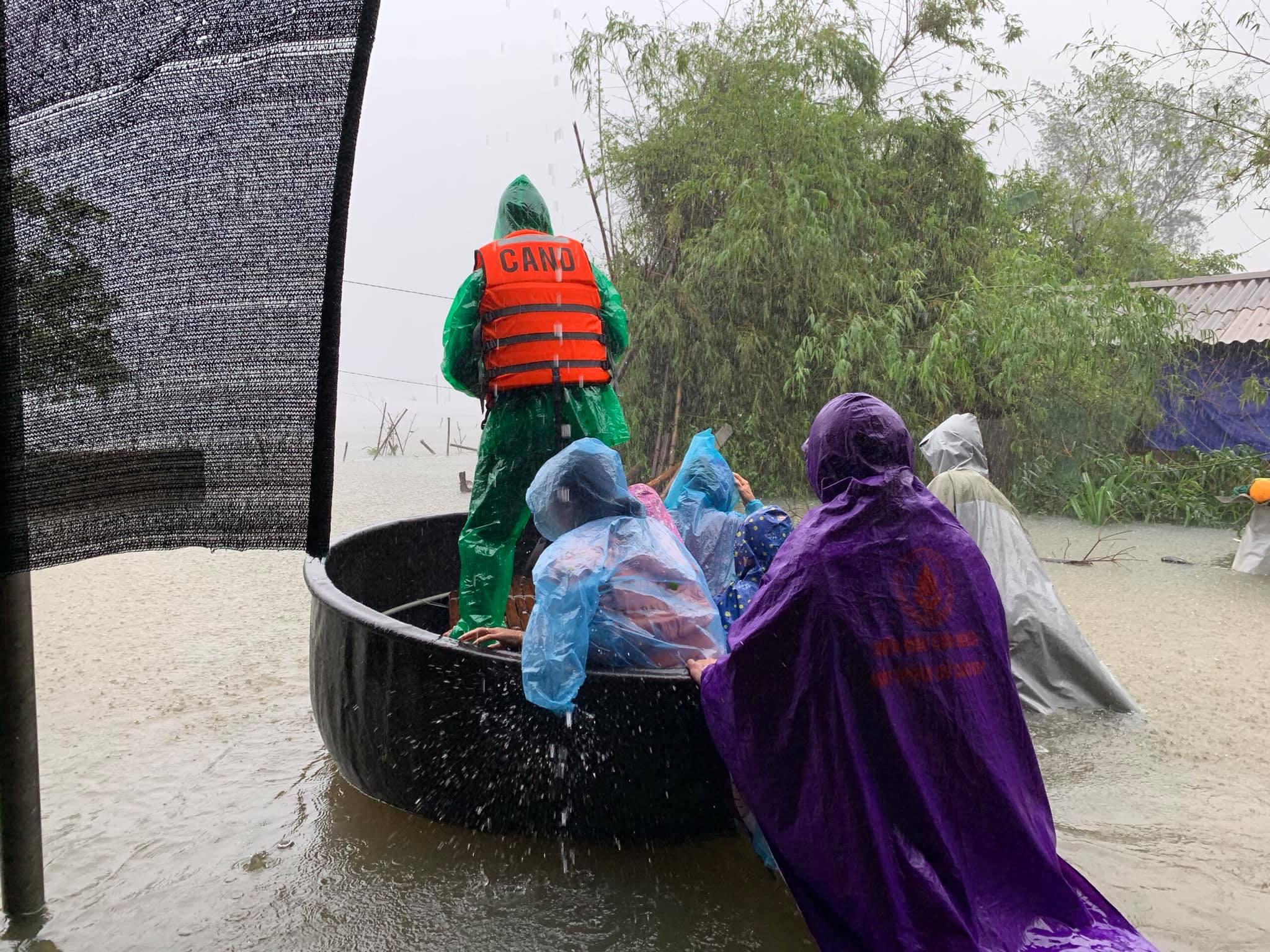 Hà Tĩnh ngập sâu, nước lũ đang lên nhanh, công an đến mọi ngóc ngách nhà dân sơ tán người - Ảnh 10.