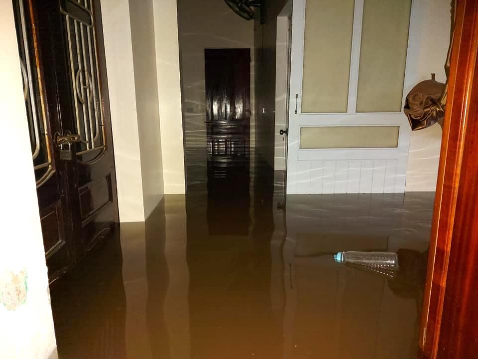 Hà Tĩnh ngập sâu, nước lũ đang lên nhanh, công an đến mọi ngóc ngách nhà dân sơ tán người - Ảnh 2.