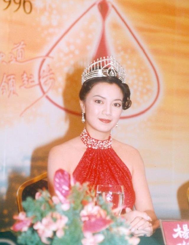 Hoa hậu Hong Kong làm ăn thua lỗ, phải thế chấp vương miện trả nợ giờ ra sao ở tuổi 50? - Ảnh 2.