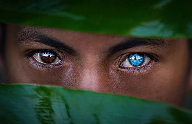 Kỳ lạ tộc người hiếm hoi sở hữu màu mắt xanh như biển cả - Ảnh 1.