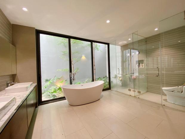 Gái xinh khoe nhà rộng 1000m2 ngay trung tâm Sài Gòn, nhìn phòng tắm là đủ hiểu cơ ngơi hoành tráng đến mức nào - Ảnh 7.