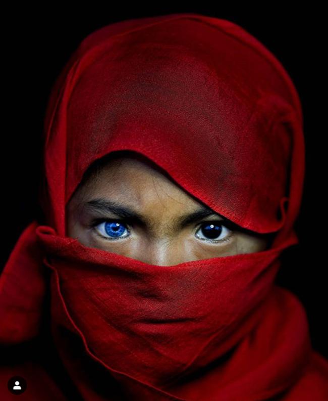 Kỳ lạ tộc người hiếm hoi sở hữu màu mắt xanh như biển cả - Ảnh 8.