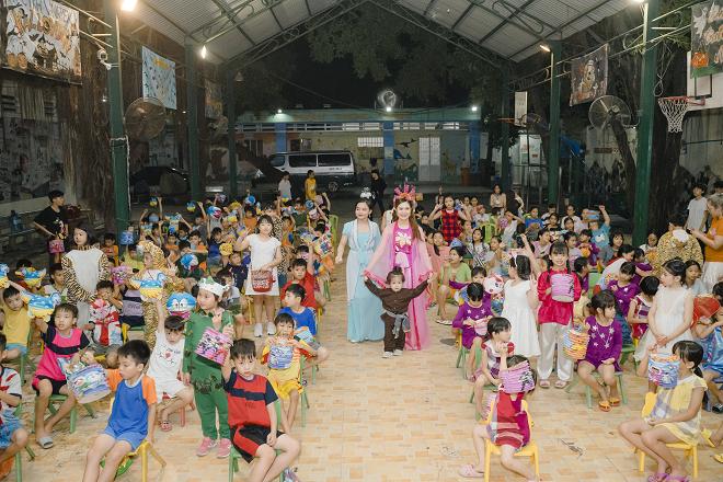 Thanh Thúy và 2 con trai tổ chức trung thu cho trẻ em ở mái ấm tình thương - Ảnh 10.