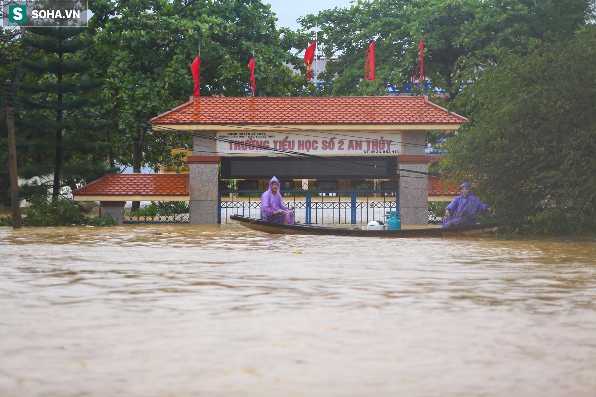 Những cánh tay 'cầu cứu' từ mái nhà trong cơn lũ lịch sử ở Quảng Bình - Ảnh 1.