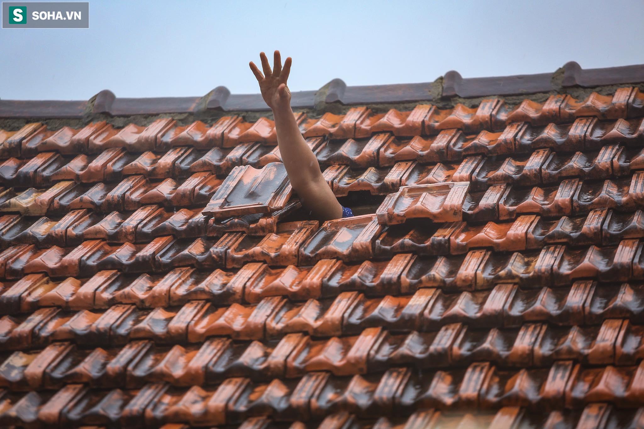Những cánh tay 'cầu cứu' từ mái nhà trong cơn lũ lịch sử ở Quảng Bình - Ảnh 10.