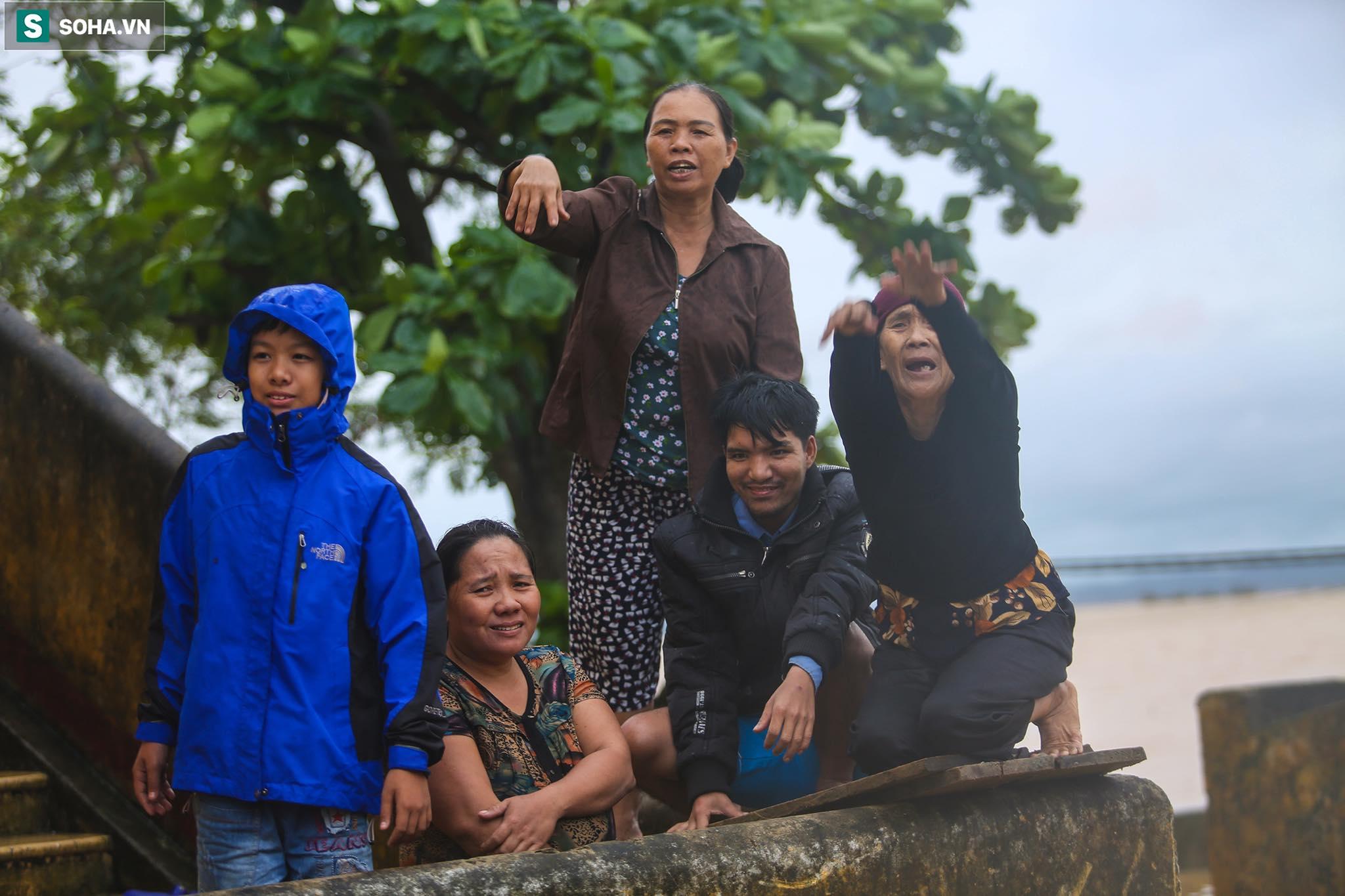 Những cánh tay 'cầu cứu' từ mái nhà trong cơn lũ lịch sử ở Quảng Bình - Ảnh 9.