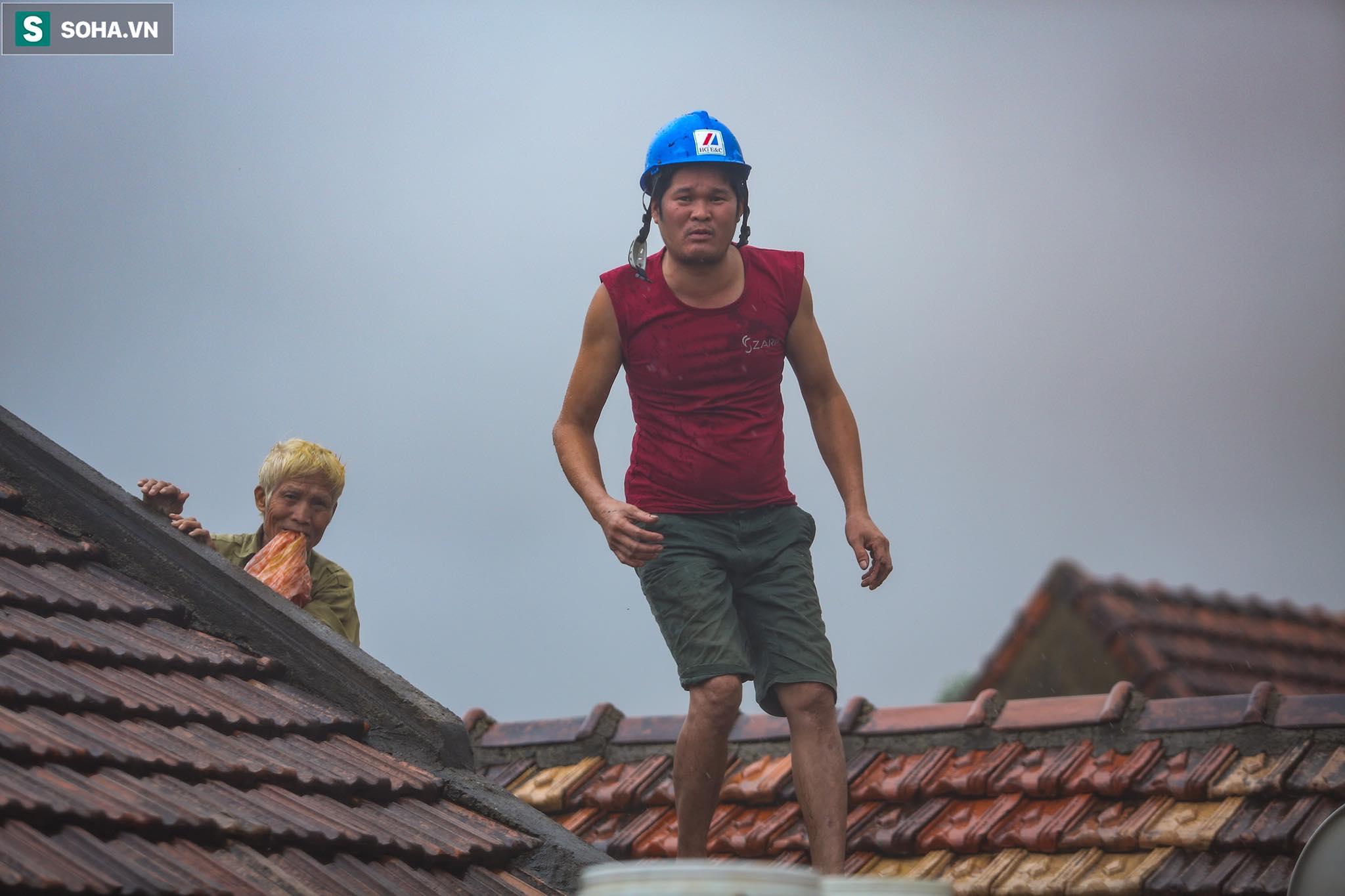 Những cánh tay 'cầu cứu' từ mái nhà trong cơn lũ lịch sử ở Quảng Bình - Ảnh 13.