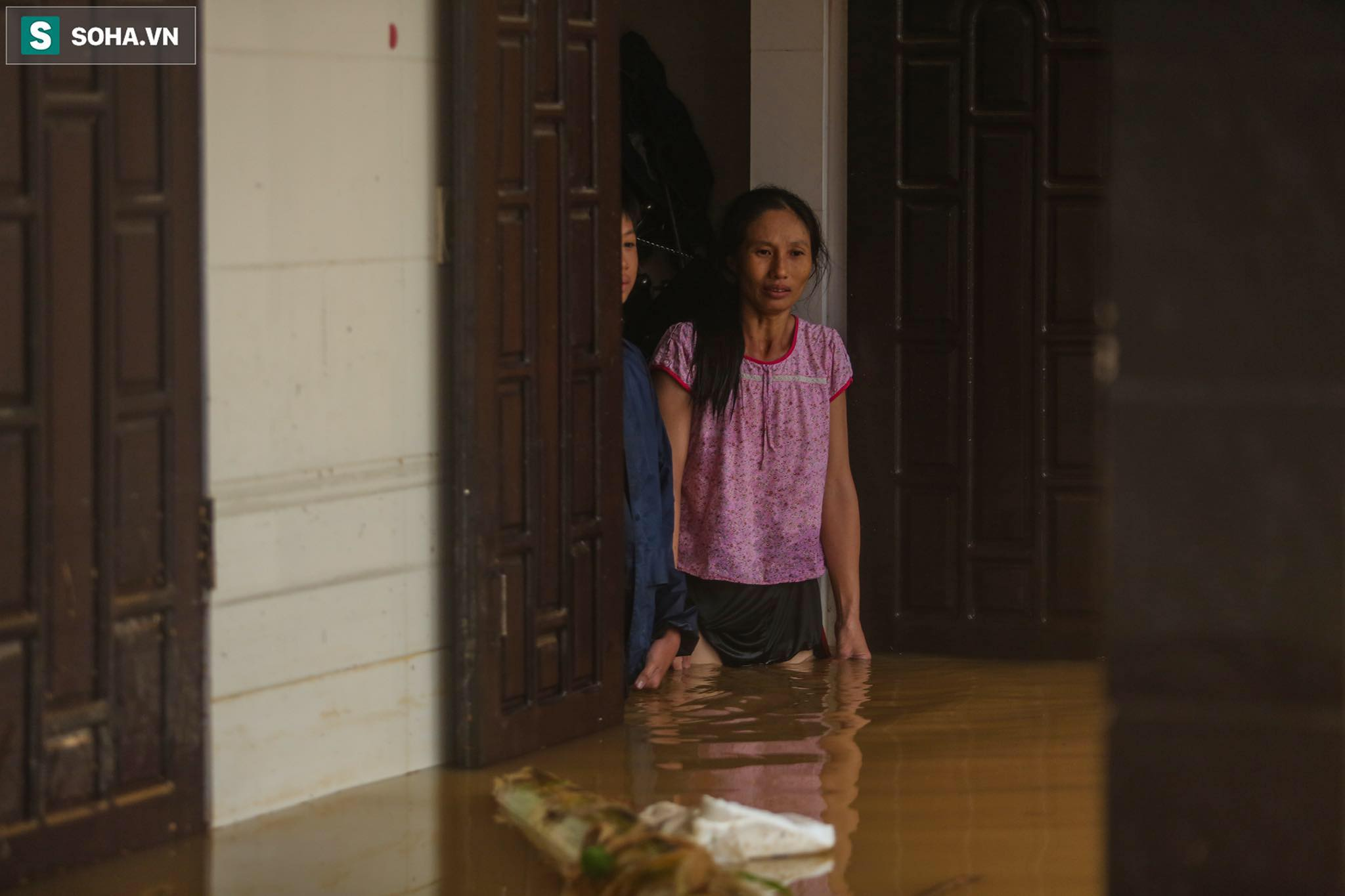 Những cánh tay 'cầu cứu' từ mái nhà trong cơn lũ lịch sử ở Quảng Bình - Ảnh 4.