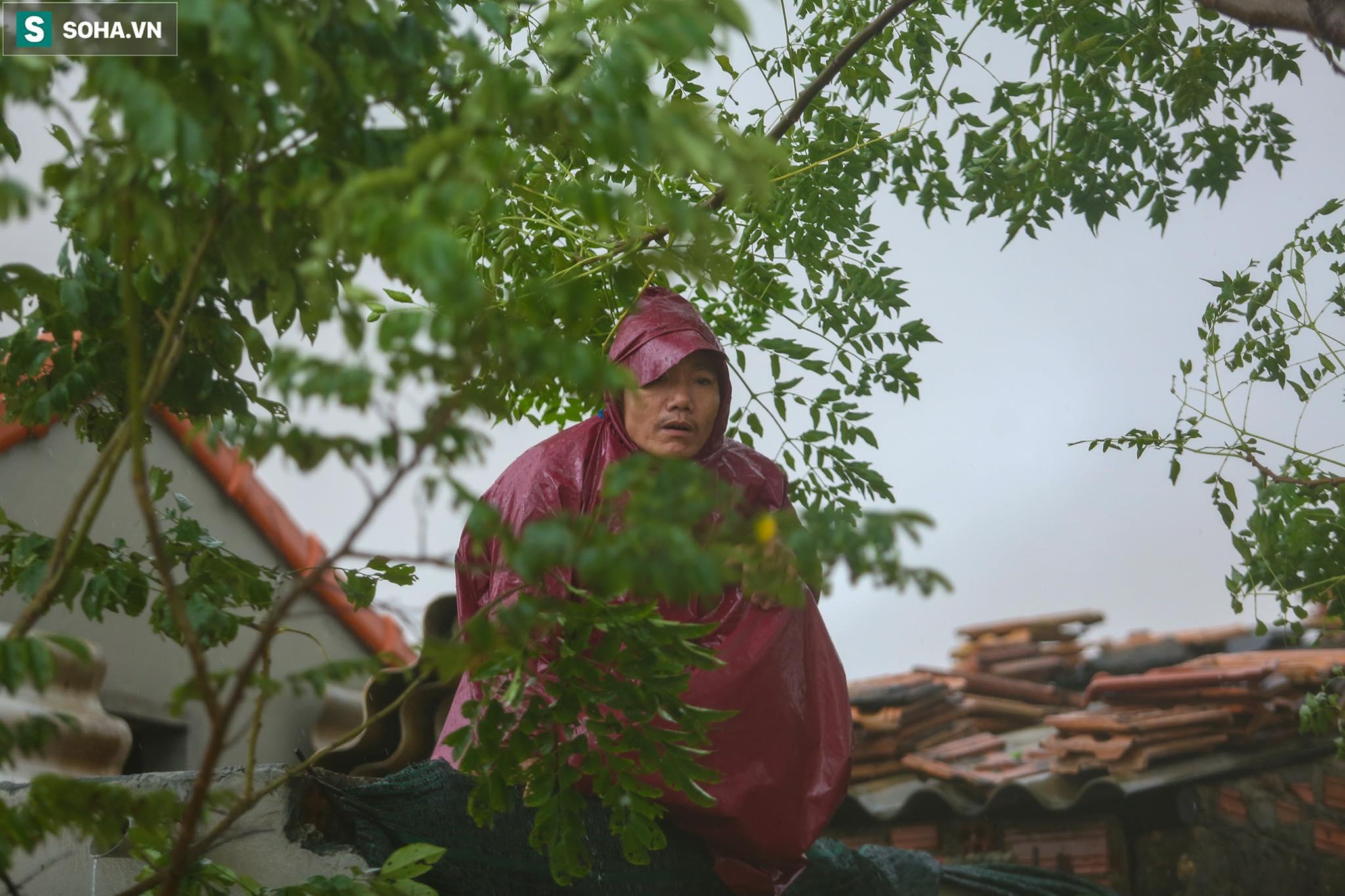 Những cánh tay 'cầu cứu' từ mái nhà trong cơn lũ lịch sử ở Quảng Bình - Ảnh 8.