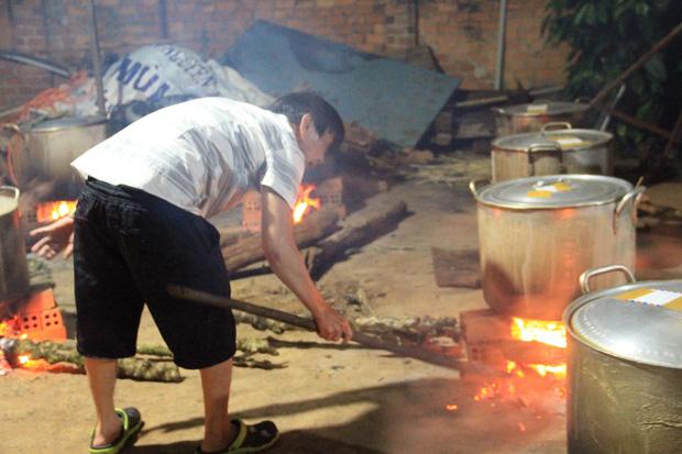 Hình ảnh nấu bánh tét cảm động nhất mùa lũ: người dân Đắk Lắk  gửi 2000 đòn bánh cho bà con miền Trung - ảnh 1
