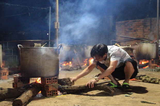 Hình ảnh nấu bánh tét cảm động nhất mùa lũ: người dân Đắk Lắk  gửi 2000 đòn bánh cho bà con miền Trung - ảnh 2
