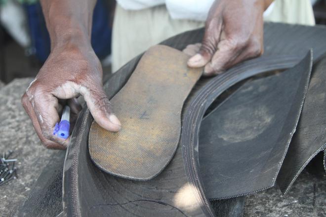 Nghệ nhân Zimbabwe biến lốp xe hơi cũ thành những đôi dép độc đáo - Ảnh 1.
