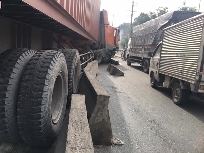 Xe tải lật, xe đầu kéo húc dải phân cách nhiều người té ngã - Ảnh 2.