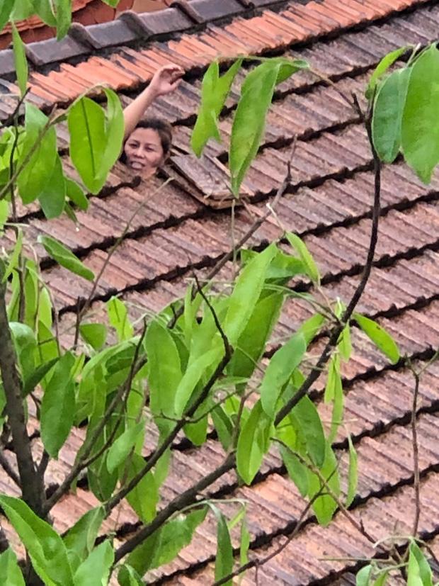 Quảng Bình: Mắc kẹt trong nhà với con nhỏ 1 tháng tuổi, người phụ nữ dỡ ngói kêu cứu giữa biển nước mênh mông - Ảnh 1.