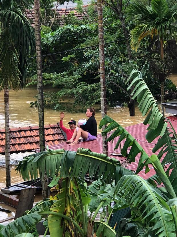Quảng Bình: Mắc kẹt trong nhà với con nhỏ 1 tháng tuổi, người phụ nữ dỡ ngói kêu cứu giữa biển nước mênh mông - Ảnh 2.