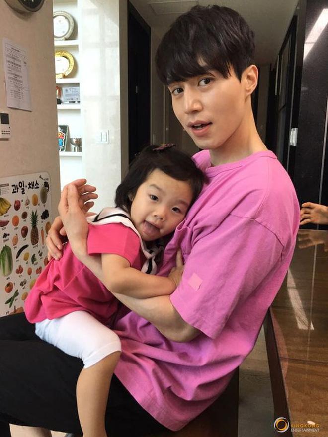 Lee Dong Wook - Anh chú đắt giá của Kbiz: Đời tư sạch bóng kin kít, mê hoạt hình Disney như điếu đổ và tự nhận chả hề lãng mạn - Ảnh 35.