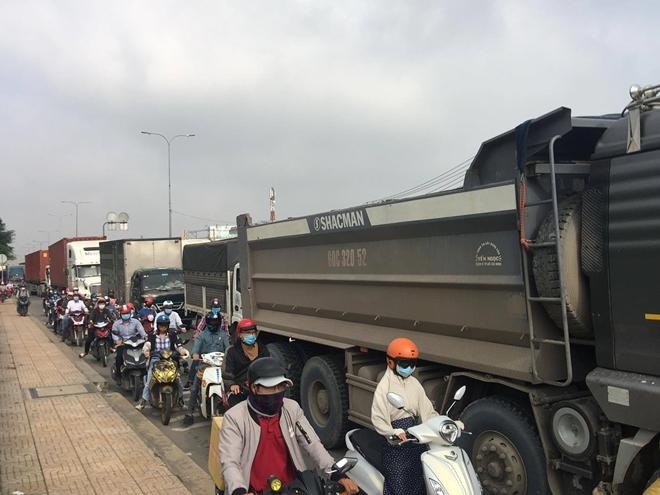 Xe tải lật, xe đầu kéo húc dải phân cách nhiều người té ngã - Ảnh 5.