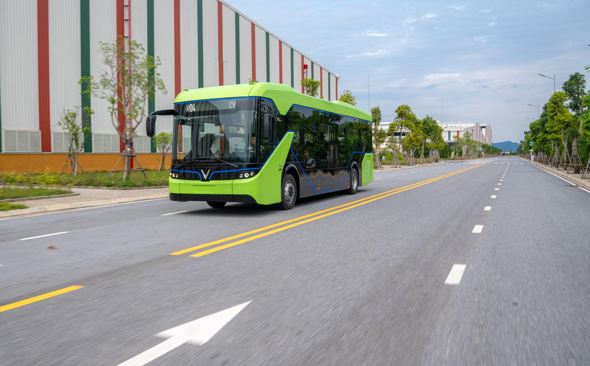 Lộ diện những hình ảnh đầu tiên của chiếc xe bus điện VinFast chạy trên đường